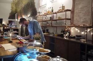 På en hip bar i Neukölln sköter man givetvis notorna via en iPad.