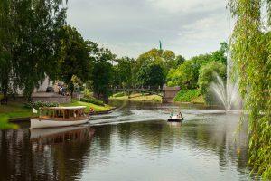 Den vackra kanalen slingrar sig genom Riga och går bland annat genom Kronvaldaparken.