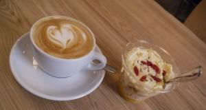 Cappuccino och sockerbomb på Rocket Bean.