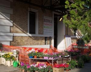 Bakom den här anspråkslösa ingången döljer sig Roma Farmers Market.