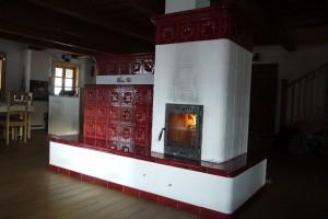 Två brasor om dagen i en rysk murspis värmer ett helt timmerhus.