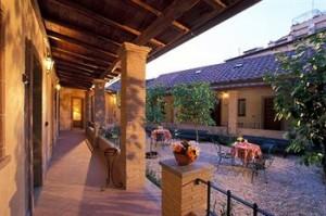 Innergården är den naturliga samlingspunkten på hotell Santa Maria.