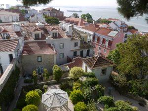 Precis nedanför Sao Jorges murar finns en del fantastiska hus.
