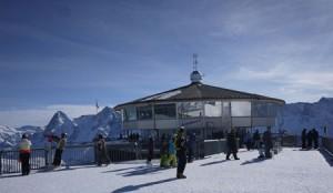 Snurrande restaurang med James Bond-utställning.