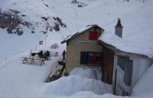 Schilthornhütte är ingen vacker byggnad, men omgivningarna är desto bättre.