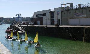 Seglarskolan på väg ut ur hamnen för dagens lektion.
