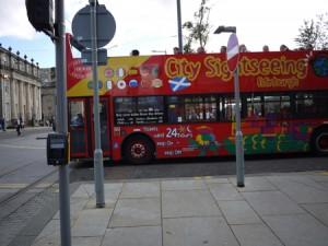 Att åka sightseeingbuss är ett bra sätt att lära sig Edinburgh.