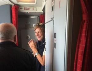 SAS sjungande flygvärdinna fick jublande ovationer för sin kärleksballad.