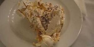 Marängtårtan serveras på en normalstor middagstallrik, då förstår ni hur stor en bit är!