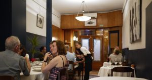 Somodo har bara runt 20 platser så det är klokt att beställa bord.