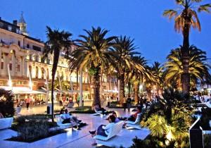Det är på strandpromenaden Riva i Split som allt händer.