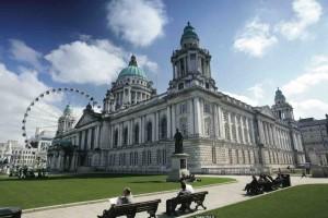 Stadshuset i Belfast byggdes för lite drygt 100 år sedan då Belfast var en av världens rikaste industristäder. Just nu bråkar man om hur mycket den brittiska flaggan ska hänga på huset.