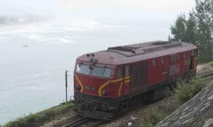 Såväl vägen som järnvägen upp till Hue är mycket vacker.