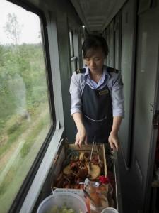 Här har SJ en del att lära sig. När det börjar dra ihop sig till lunch kommer en vagn som serverar nystekt kyckling, ris och grönsaker för under 10:-.
