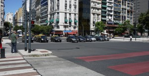 Några av taxibilarna startklara för att ta sig över Buenos Aires bredaste Aveny som är över 100 meter bred och har 19 filer!