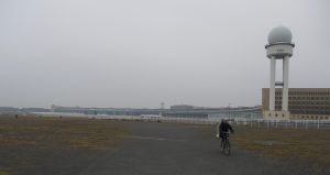 Det är inte ofta man kan cykla på ett flygfält, men på Tempelhof går det utmärkt.