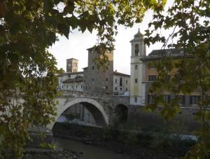 Den här urgamla stenbron går över Tibern och förbinder Trastevere med det historiska centrumet.