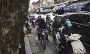 Glest trafikerad gata i Hanoi...