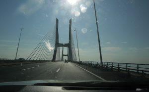 På väg över floden på Vasco da Gama Bridge i Lissabon.