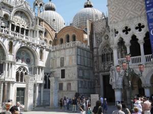 Det finns mycket att se när man klivit av båten i Venedig.