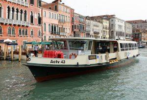 Vaporetto är Venedigs bussar på vattnet.