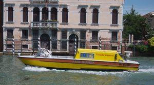 Allt i Venedig sker på vattnet. Här passerar ambulansen.