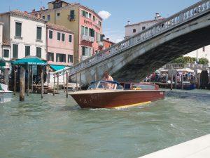 Det är stil på taxibåtarna i Venedig.