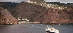 RMS St Helena på redden i James Bay på Sankt Helena.